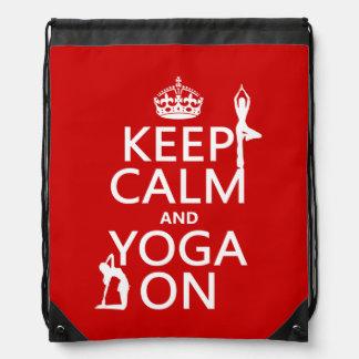 Guarde la calma y la yoga en (los colores del mochilas