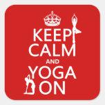 Guarde la calma y la yoga en (los colores del calcomanía cuadradas