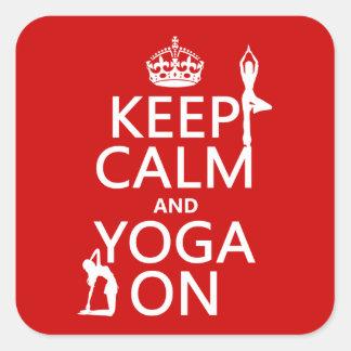 Guarde la calma y la yoga en (los colores del pegatina cuadrada