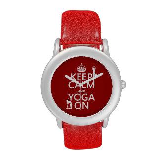 Guarde la calma y la yoga en (los colores del pers relojes
