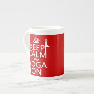 Guarde la calma y la yoga en (los colores del pers taza de porcelana