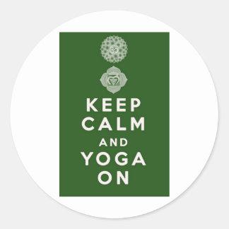 Guarde la calma y la yoga encendido pegatina redonda