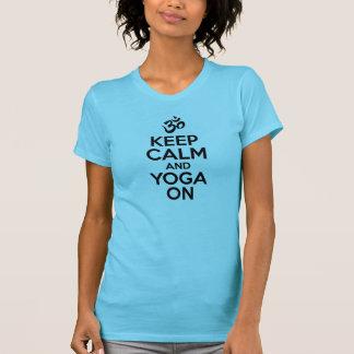 Guarde la calma y la yoga encendido tee shirt