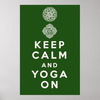 Guarde la calma y la yoga encendido póster