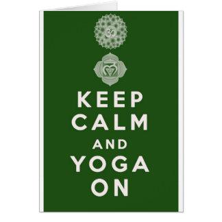 Guarde la calma y la yoga encendido tarjeta de felicitación