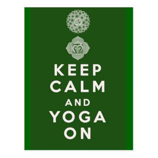 Guarde la calma y la yoga encendido postal