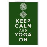 Guarde la calma y la yoga encendido tarjetón