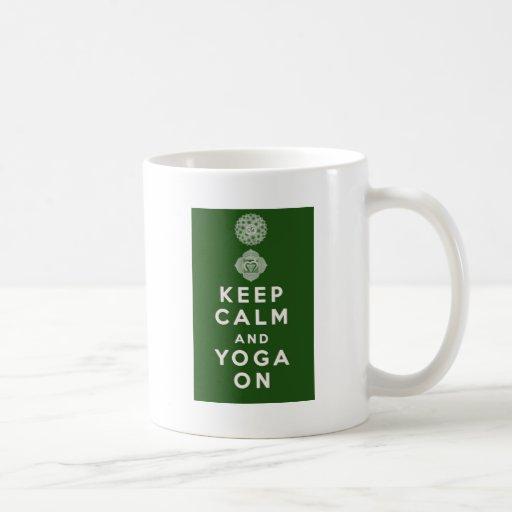Guarde la calma y la yoga encendido taza de café