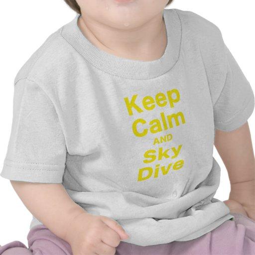 Guarde la calma y la zambullida del cielo camisetas