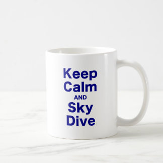 Guarde la calma y la zambullida del cielo taza