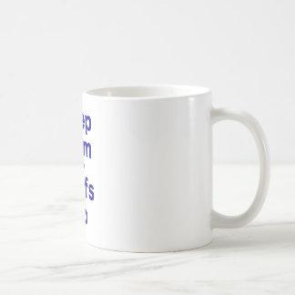 Guarde la calma y las resacas para arriba taza