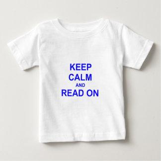 Guarde la calma y lea en azul playera de bebé