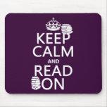 Guarde la calma y lea en (en cualquier color) tapete de raton