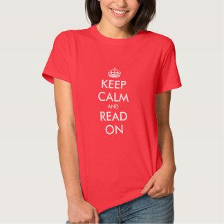 Guarde la calma y lea en la camiseta para las playeras