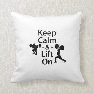 Guarde la calma y levante encendido almohadas