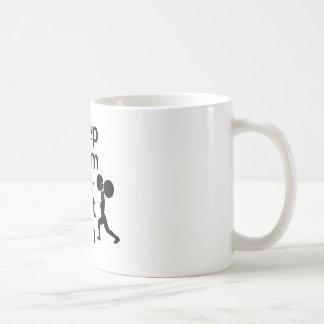 Guarde la calma y levante encendido tazas