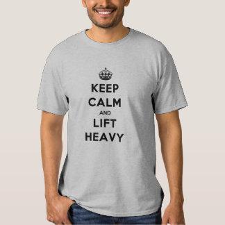 Guarde la calma y levante pesado remeras