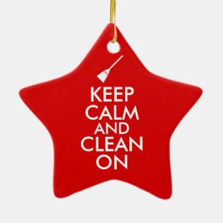 Guarde la calma y limpie en personalizado de la adorno navideño de cerámica en forma de estrella