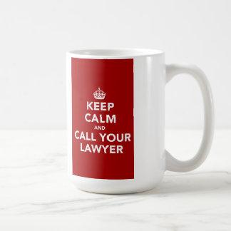 Guarde la calma y llame a su abogado taza clásica