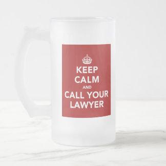 Guarde la calma y llame a su abogado taza de cristal