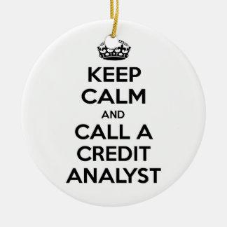 Guarde la calma y llame a un analista de crédito ornamento de navidad