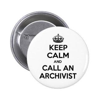 Guarde la calma y llame a un archivista pin redondo de 2 pulgadas