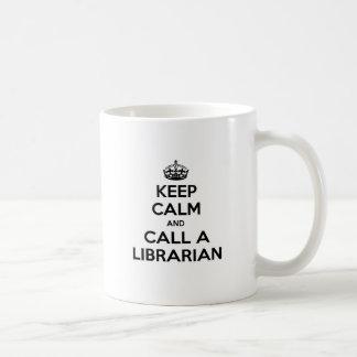 Guarde la calma y llame a un bibliotecario tazas de café