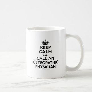 Guarde la calma y llame a un médico osteopático taza de café