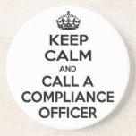 Guarde la calma y llame a un oficial de la conform posavasos diseño