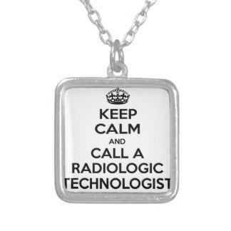 Guarde la calma y llame a un tecnólogo radiológico colgante cuadrado