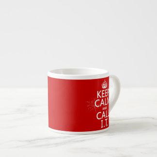 Guarde la calma y llámela (cualquier color) taza espresso