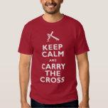 Guarde la calma y lleve la cruz playeras