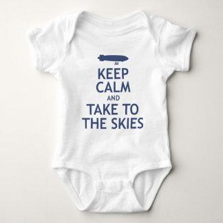 Guarde la calma y lleve los cielos body para bebé