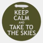 Guarde la calma y lleve los cielos pegatinas redondas