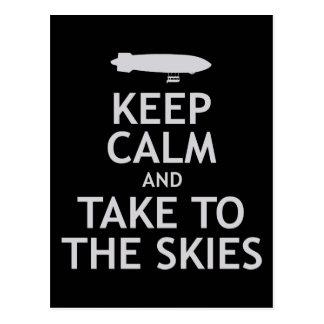 Guarde la calma y lleve los cielos postal