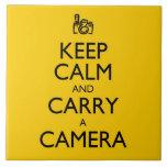 Guarde la calma y lleve una cámara azulejos cerámicos
