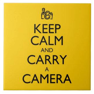 Guarde la calma y lleve una cámara azulejo cuadrado grande