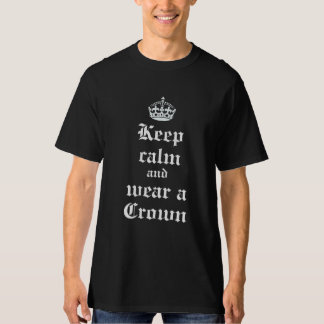 Guarde la calma y lleve una camisa medieval de la
