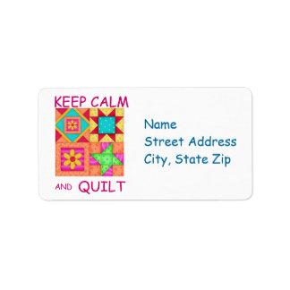 Guarde la calma y los bloques coloridos del etiqueta de dirección