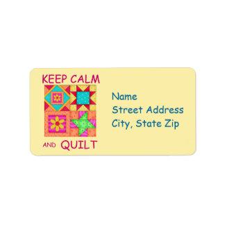 Guarde la calma y los bloques coloridos del etiquetas de dirección
