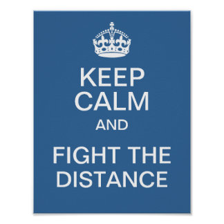 Guarde la calma y luche la distancia póster