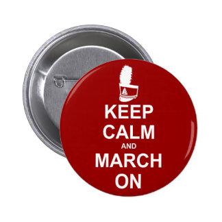 Guarde la calma y marzo en el botón pin