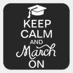 Guarde la calma y marzo en el pegatina