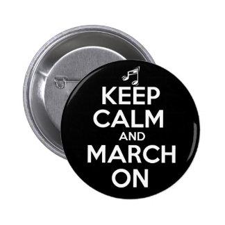 Guarde la calma y marzo encendido pin redondo 5 cm