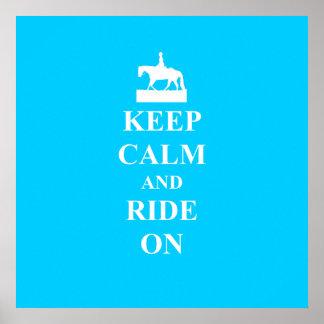 Guarde la calma y monte en (azul claro) póster