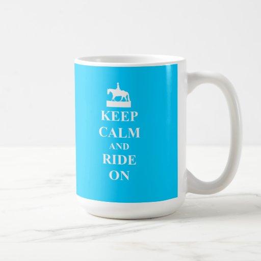 Guarde la calma y monte en (azul claro) taza
