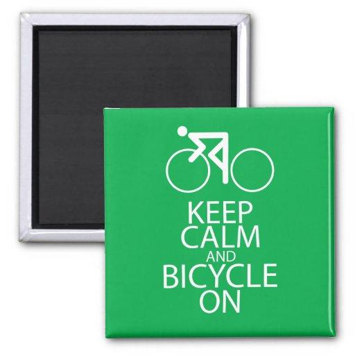 Guarde la calma y monte en bicicleta en verde del  imán de frigorifico