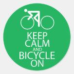 Guarde la calma y monte en bicicleta en verde del pegatinas redondas