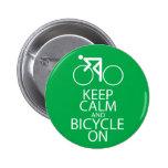 Guarde la calma y monte en bicicleta en verde del  pin