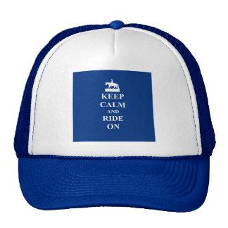 Guarde la calma y monte en (el azul) gorros bordados